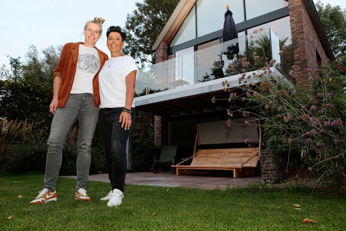 Femke van Veen (links) en Annette Soleman verbouwden hun huis tot een moderne boerderij. Vrijdag is die verbouwing te zien bij tv-programma Eigen Huis & Tuin.
