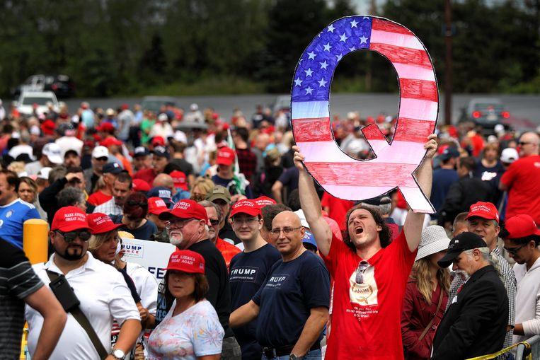 Een verkiezingsbijeenkomst van Trump-aanhangers in Wilkes Barre, waar de 'Q' wordt getoond. Beeld Getty Images