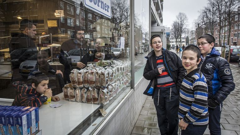 In de Kastelenstraat voelen de Joodse jongens zich veilig. 'Dit is een Joodse buurt, maar daarbuiten draag ik meestal een pet over mijn keppel.' Beeld Dingena Mol
