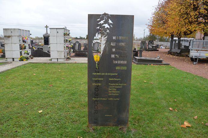 De gedenkplaat voor de Covid-19-slachtoffers op de graafplaats in Haaltert.