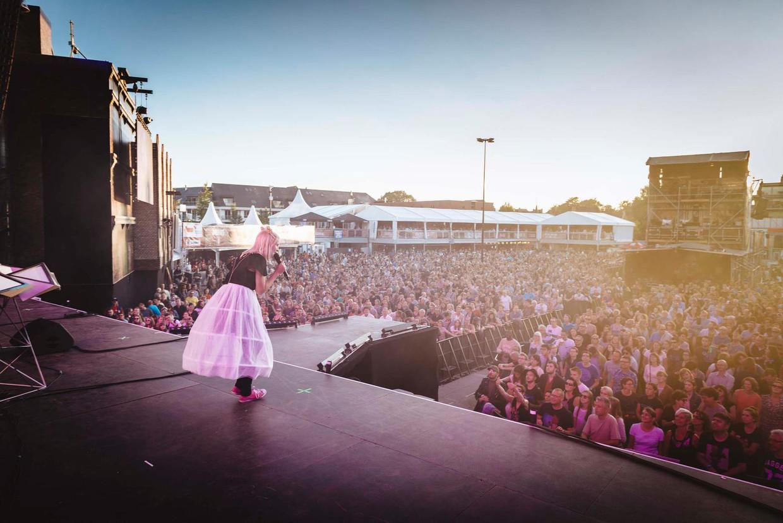 Alice on the Roof op het Lokers podium waar ook  The Cure, Neil Young en Morrissey hebben gespeeld.