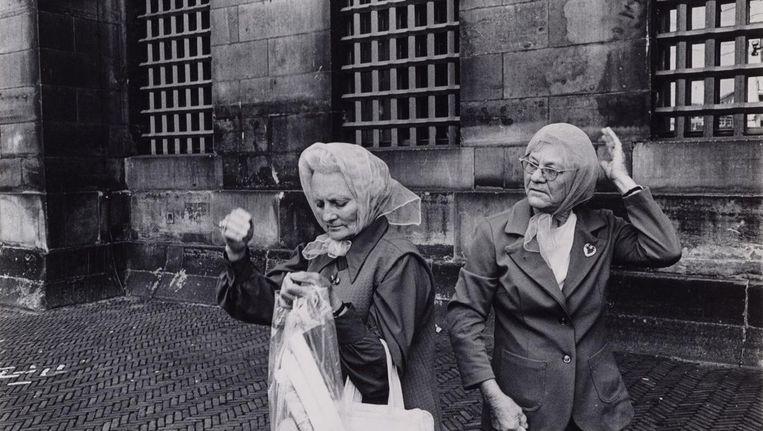 Twee vrouwen op de Dam voor het Koninklijk Paleis, 1971-1972. Beeld Dolf Toussaint