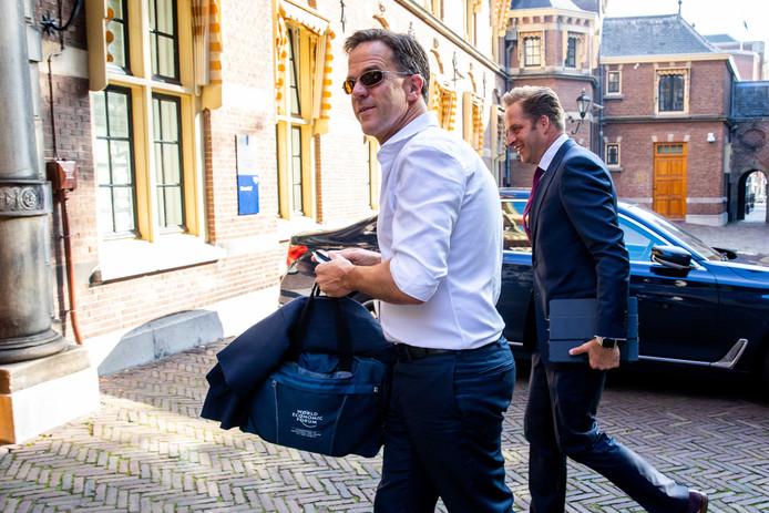 Premier Mark Rutte en vice-premier Hugo de Jonge bij het ministerie van Algemene Zaken. De coalitie zint op een miljardeninjectie voor de economie.