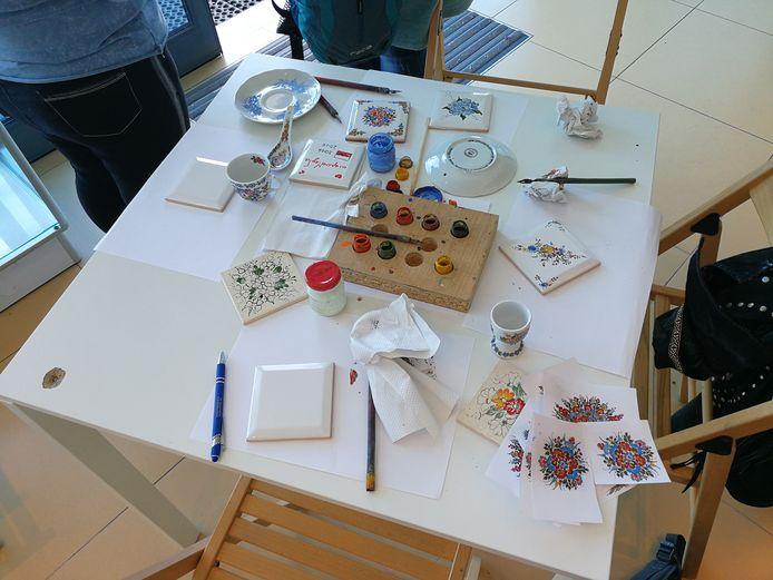 Dans certains ateliers, il est possible de peindre soi-même son pavé de porcelaine.