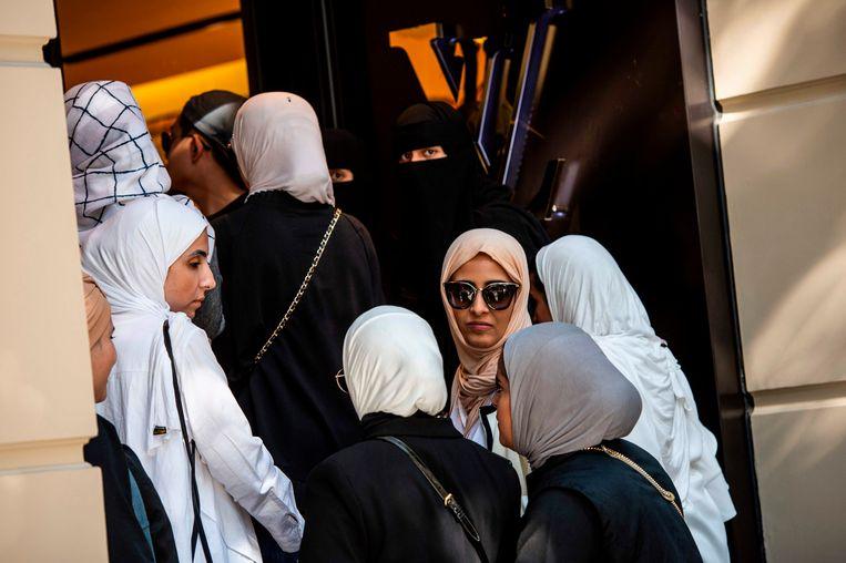 Klanten uit Azië en Saudi-Arabië staan in de rij bij een vestiging van Louis Vuitton in Istanbul. Beeld AFP