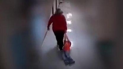 """Moeder post video van leerkracht die haar zoon (9) met autisme door schoolgangen sleurt: """"Zijn pols was gebroken"""""""