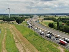 Ongeluk en werkzaamheden zorgen opnieuw voor forse file op de A1, vertraging neemt af