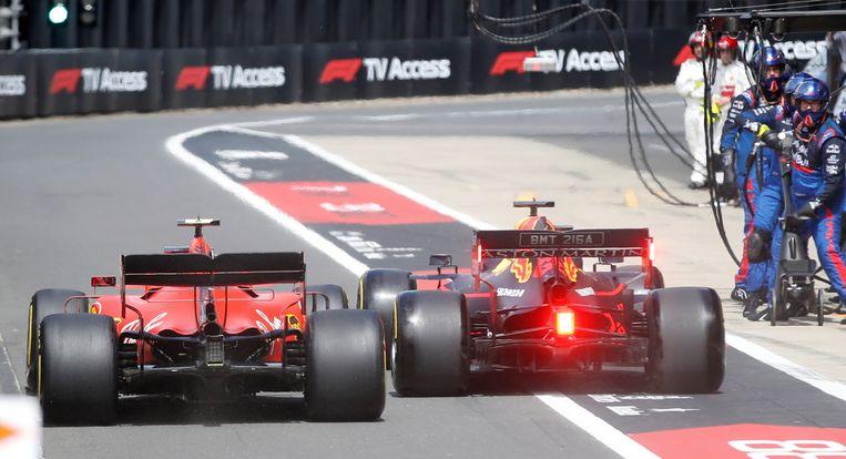 Ook met Charles Leclerc had Max Verstappen een pittig duel.