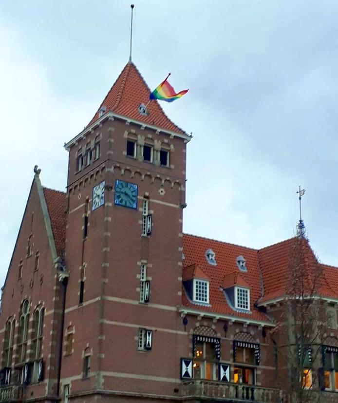 Ook op het gemeentehuis van Zeist hangt de vlag.