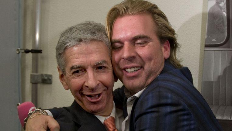 Rutger Castricum (rechts) knuffelt Ronald Plasterk. Beeld ANP