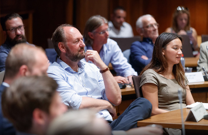 Boi Boi Huong (rechts) tijdens een vergadering van de Bredase gemeenteraad.