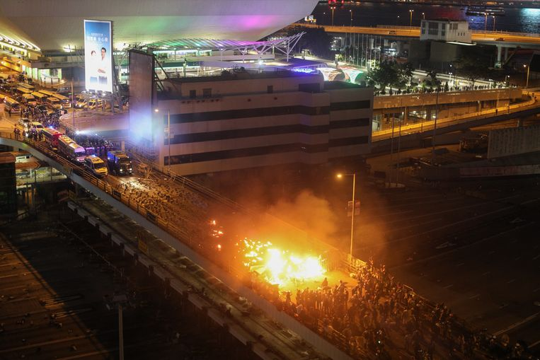 Vuur op een brug nabij de Hong Kong Polytechnic University. Beeld EPA