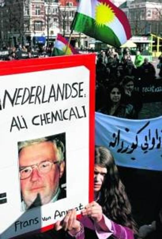 Iraakse Koerden en sympathisanten voor de Tweede Kamer in Den Haag bij een eerdere herdenking van het gifgasdrama in Halabja. Frans van Anraat wordt gezien als de Nederlandse Ali Chemicalie.