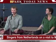 Needse zangeres Ellen Tackenkamp treedt op voor Indiase televisie