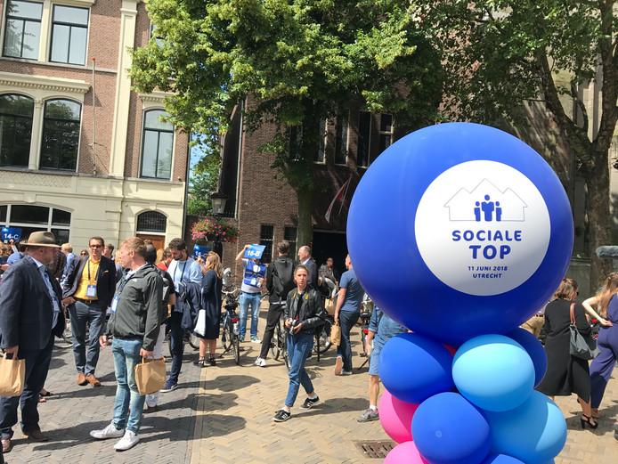Na de opening verspreidden de deelnemers zich uit over de stad, waar ze op verschillende plekken in gesprek gingen.