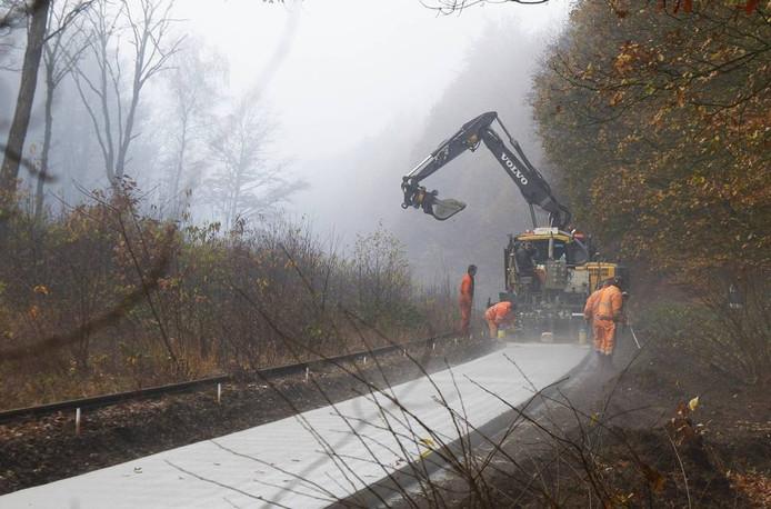 De aanleg van het omstreden fietspad door het bos in Groesbeek in november 2014.