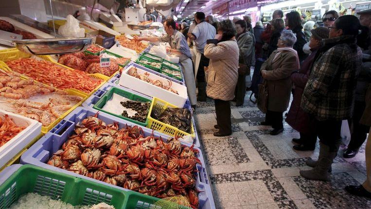 Markt in Madrid. In diverse plaatsen kan op markten met complementaire muntsoorten worden betaald. Beeld epa