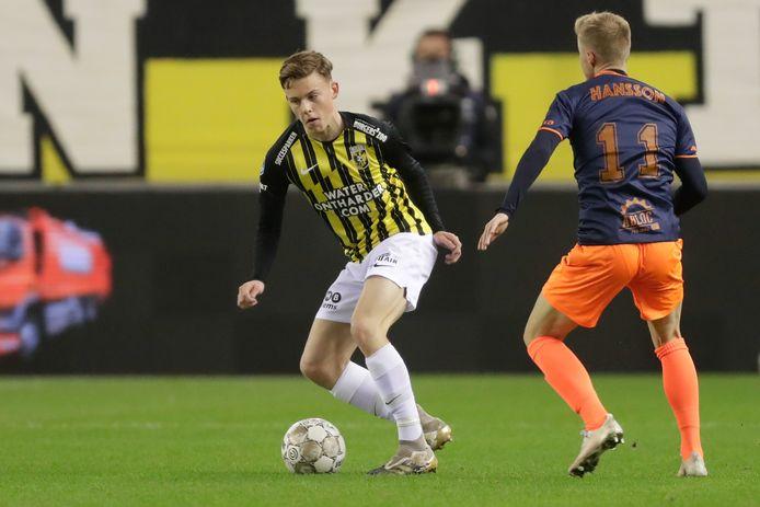 Enzo Cornelisse aan de bal bij zijn basisdebuut tegen Fortuna Sittard.