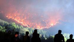 Grote bosbrand in China: 18 brandweerlui komen om, historische tempel bedreigd
