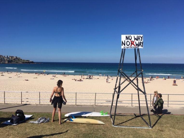Het Noorse energiebedrijf Equinor wil in de Great Australian Bight gaan boren naar olie, maar daar steken de Australische surfers een stokje voor: 'No Way Norway' staat te lezen op een bord: 'echt niet, Noorwegen'.
