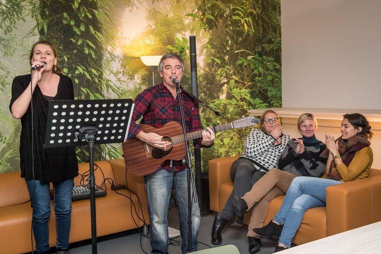 Medewerkers van de stad kregen al een voorproefje van de huiskamerconcerten tijdends hun middagpauze met de band Sweet Chili.
