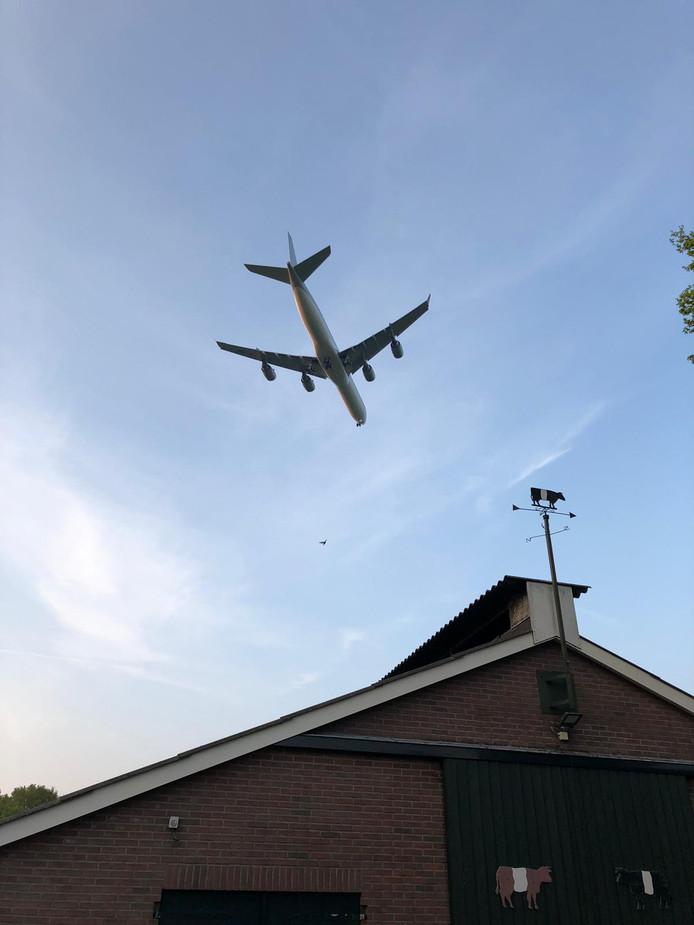 Het vliegtuig was in de omgeving van vliegveld Twente goed te zien