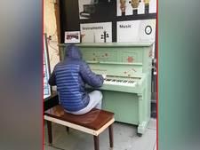 Mysterieuze pianist is een hit