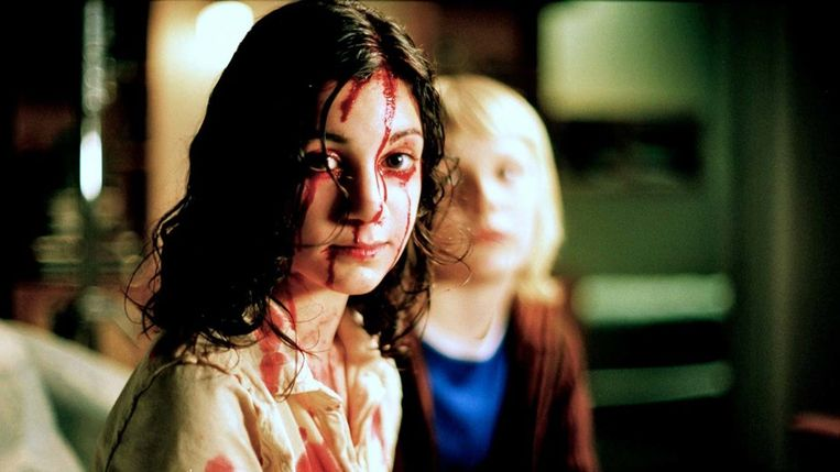 Lina Leandersson en Kåre Hedebrant in Let the Right One In (Tomas Alfredson, 2008). Beeld