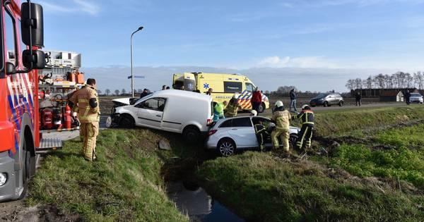 Auto's belanden in sloot na botsing bij Vriezenveen, één persoon gewond.