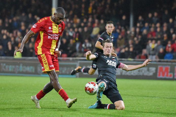 Maecky Ngombo namens Go Ahead Eagles in duel met Leon Bergsma van Jong AZ