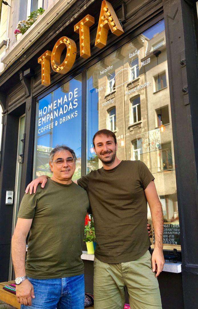 Alfredo en zijn neef Demian Simondegui voor hun restaurant in de Prekersstraat