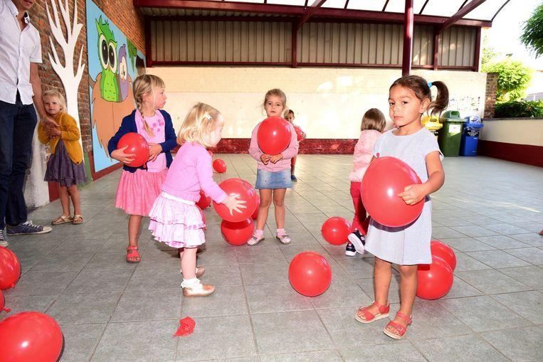 De kinderen speelden met ballonnen.
