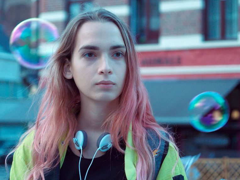 Debutante Mya Bollaers speelt een jonge transgender die aan zee de as van haar moeder gaat uitstrooien.  Beeld