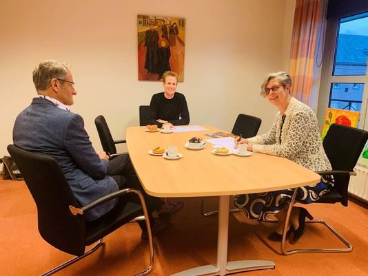 Berthe de Jong en Stijn van Kreij (midden) tekenden een intentieverklaring. Links Henri van Boxmeer, clusterdirecteur Schijndel bij Laverhof.