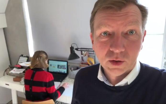 Burgemeester Gert-Jan Kats van Veenendaal laat zien hoe zijn dochter schoolwerk doet.