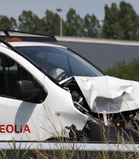 Bestelbus botst op auto-ambulance op A2 bij Liempde