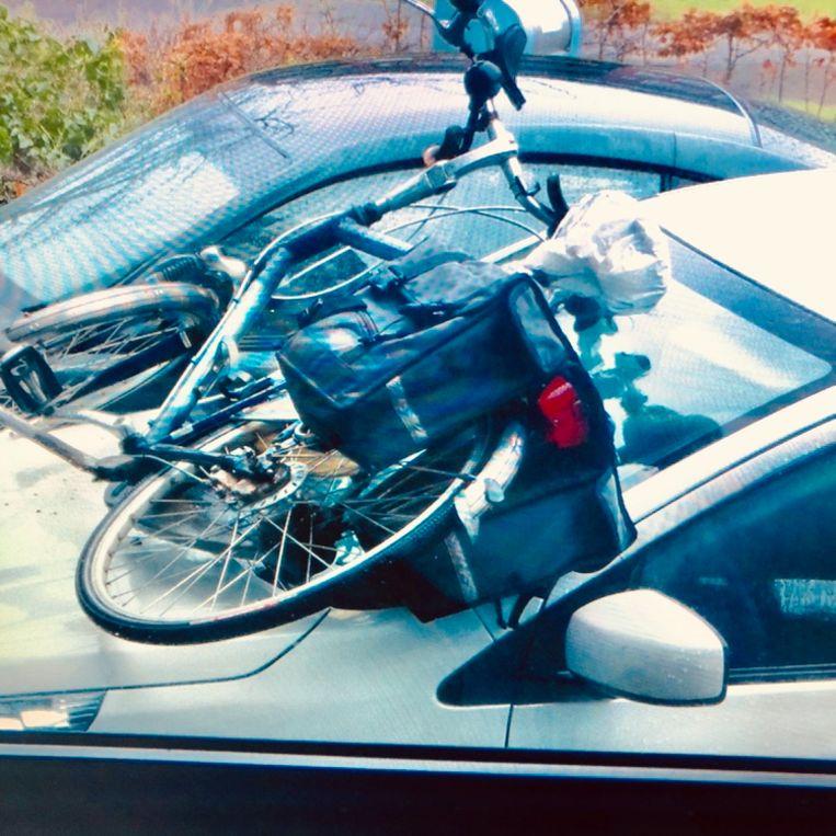 De fiets, op de auto van de begrafenisondernemer gegooid. Beeld