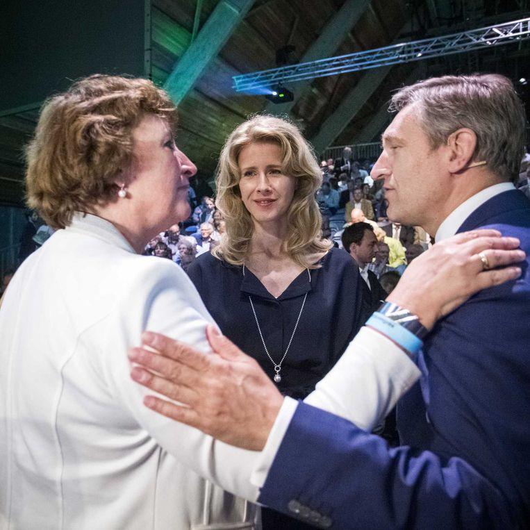Felicitaties voor Buma van Liesbeth Spies en Mona Keijzer. Beeld anp