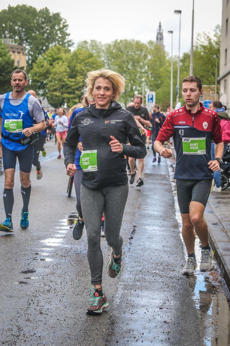 """Sofie Goos, uitgerekend voor eind mei, kwam gisteren fris als een hoentje aan. Ze volgde haar gevoel: """"Ik heb een stuk afgesneden en het rustig bij 10 kilometer gehouden. Volgend jaar sta ik hier met een loopbuggy."""""""