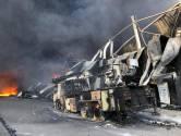 Brandweer krijgt hulp van sloopbedrijf bij grote brand Van der Heijden Transport in Hapert
