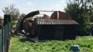Uitslaande schuurbrand slaat over op haag van buren