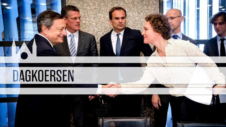 ECB-baas Draghi schudt de hand van SP-Kamerlid Leijten. Beeld ANP/de Volkskrant
