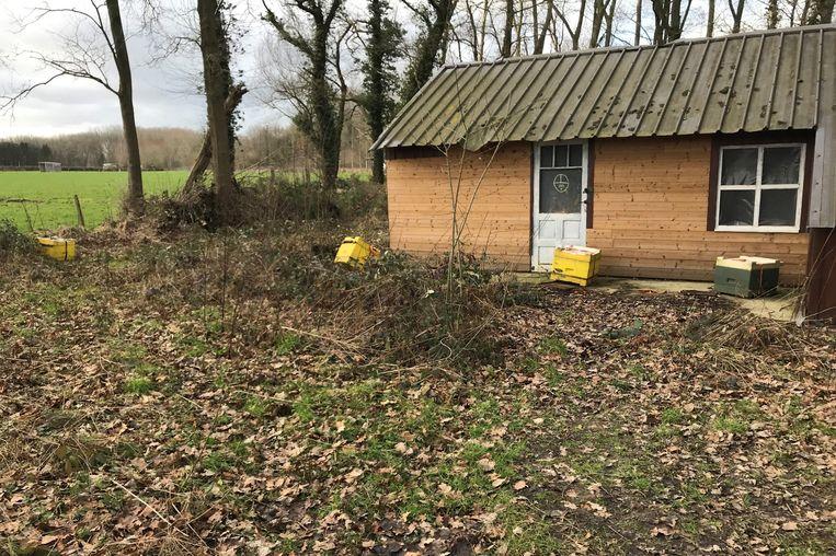 Aan het 'boshuis' van Natuurpunt werden alle bijenkasten omgekieperd.