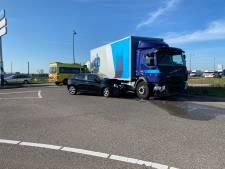 Auto rijdt vol op vrachtwagen bij Apeldoorn-Noord, afrit afgesloten