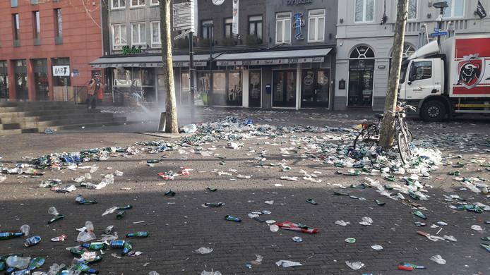 Rotzooi na kampioensfeest PSV in Eindhoven wordt opgeruimd.