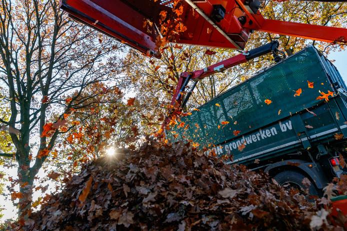 De herfst, bladeren, en het opruimen daarvan in Nispen. Foto: Pix4Profs/Marcel Otterspeer -