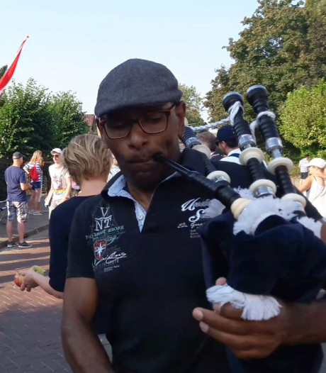 Deze Arnhemmer moedigt Vierdaagselopers iedere ochtend aan met doedelzak