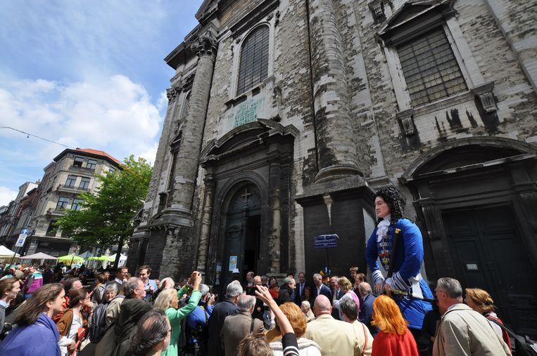 Een massa volk viert het driehonderdjarig bestaan van de Miniemenkerk in de Marollen.