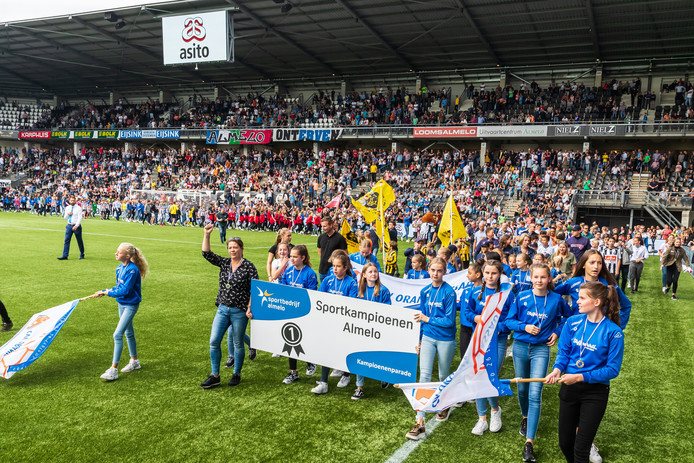 Kampioenenparade in de rust van Heracles-Willem II Alle jonge sportkampioenen uit Almelo