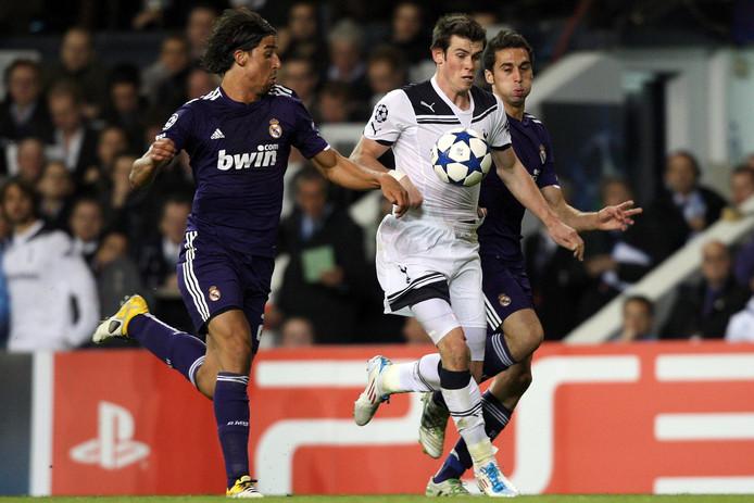Gareth Bale flitst voorbij Sami Khedira en Alvaro Arbeloa.